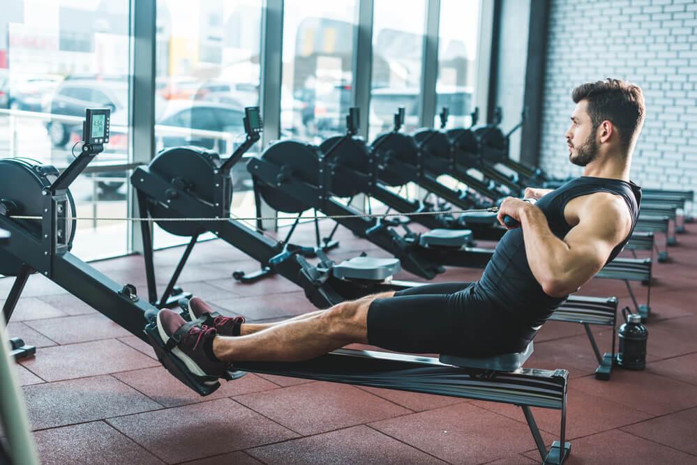 mand der laver romaskine træning