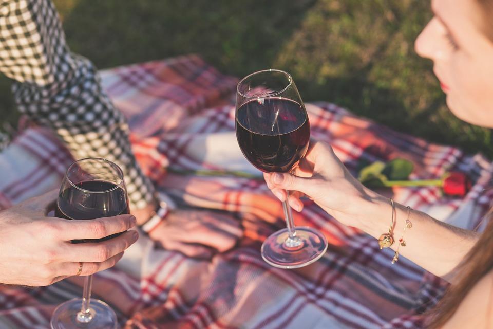 to glas vin til en picnic