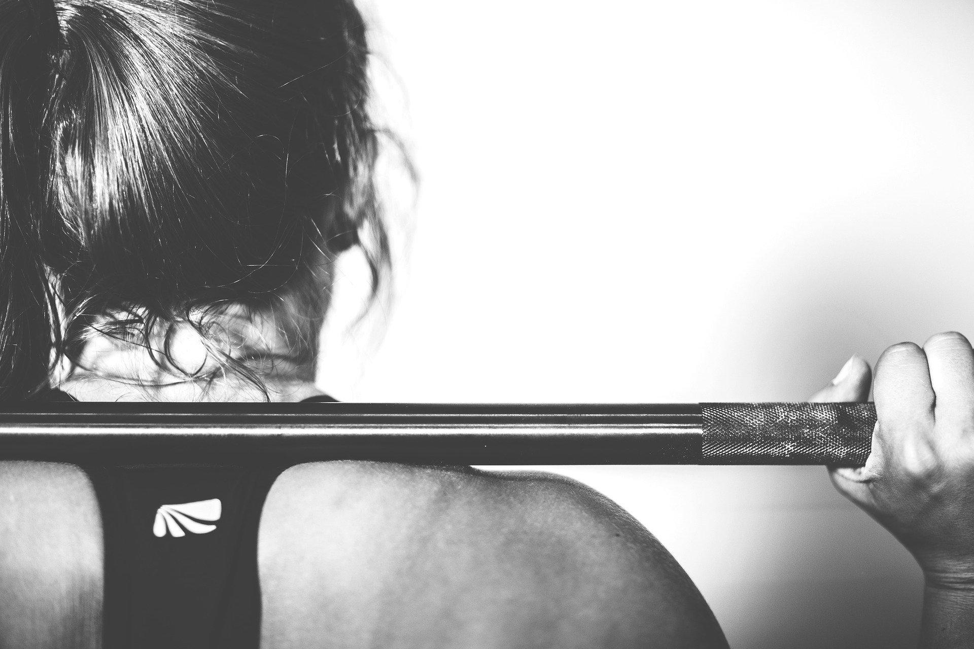kvinde træner med vægtstang