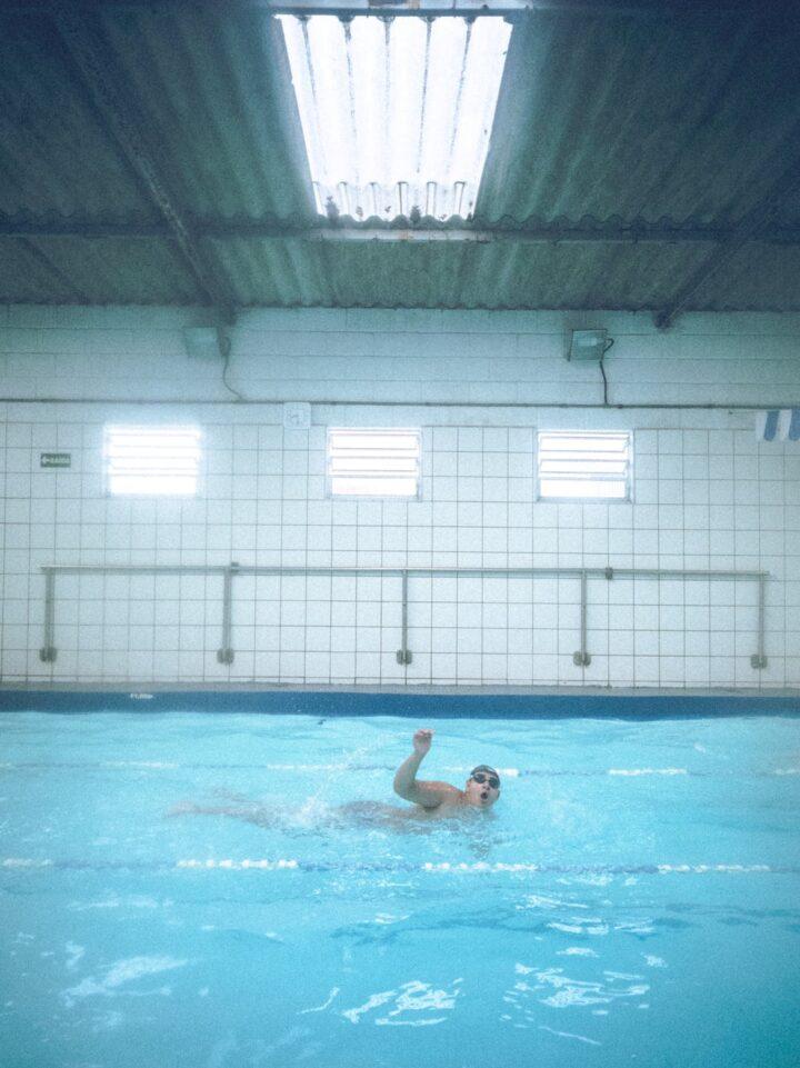 Sådan kommer du i gang med at svømme med dine børn