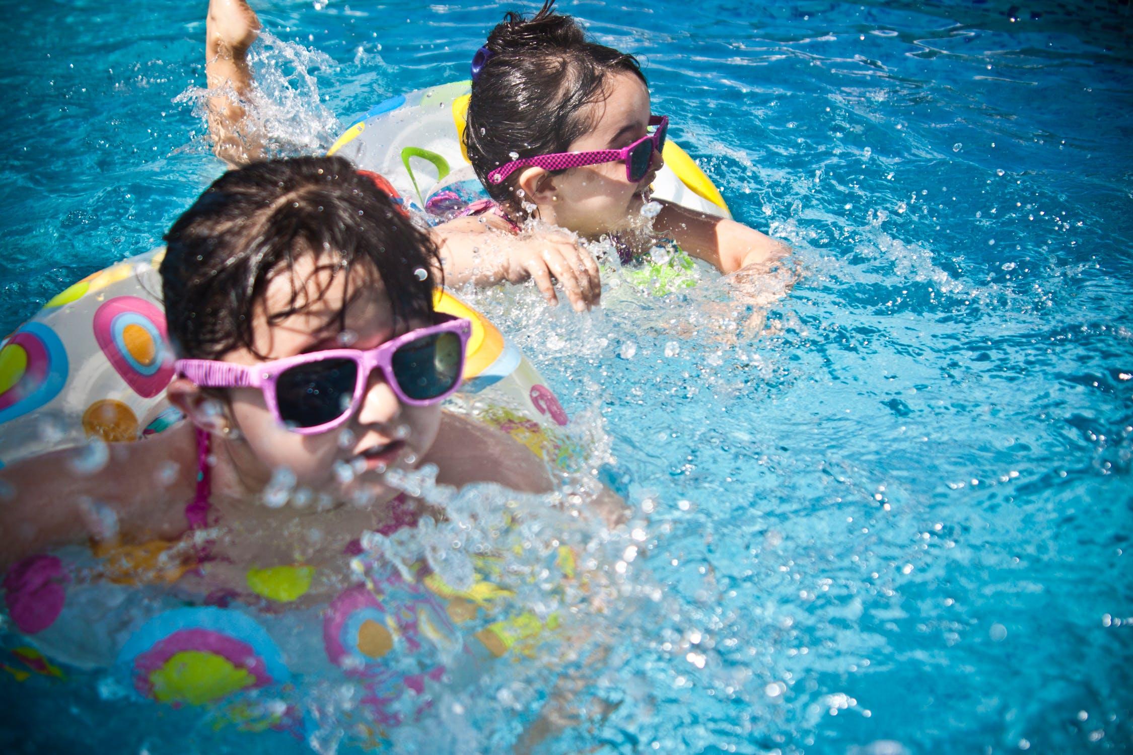 svømmende børn