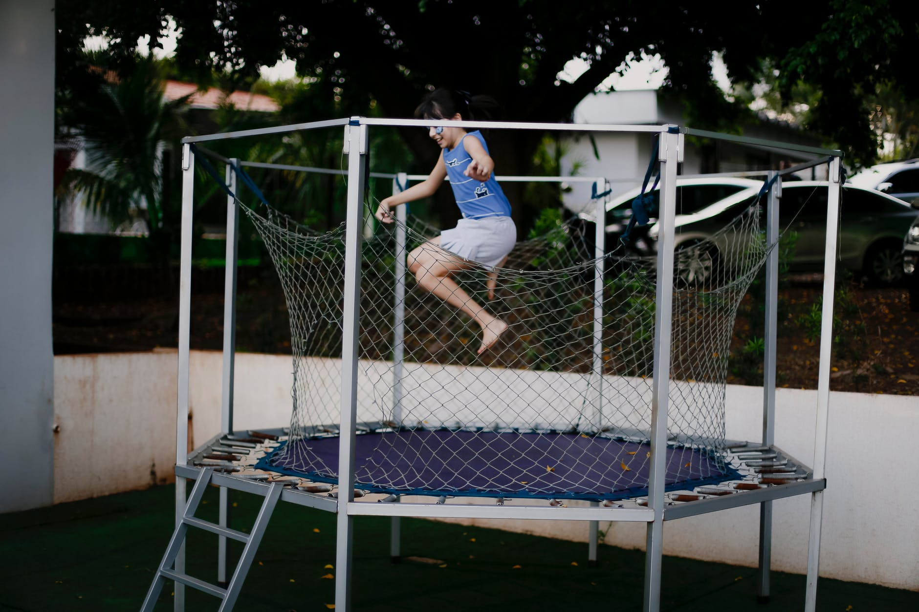 dreng som hopper på en trampolin