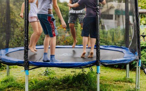En trampolin i haven kan gøre dit barn mere aktivt